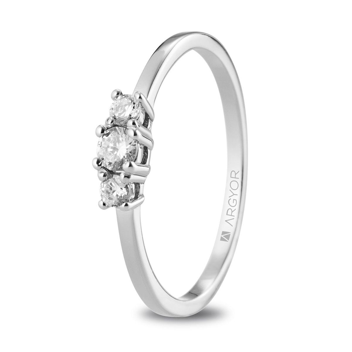 Anillo de compromiso con 3 diamantes